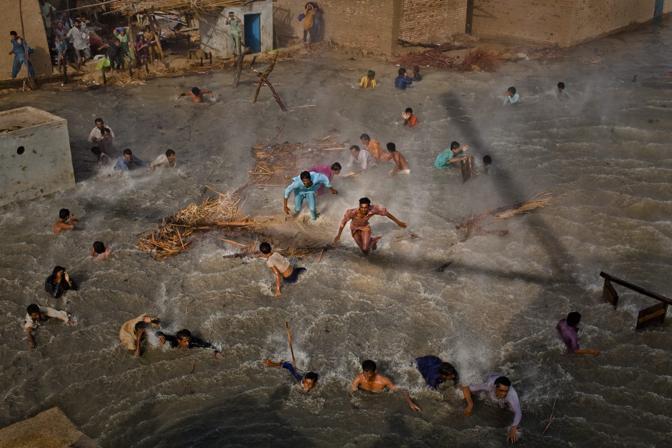 Scontri per il cibo fra vittime delle alluvioni in Pakistan negli scorsi agosto-settembre - Foto di Daniel Berehulak (Australia), secondo classificato nella categoria «Stories People»