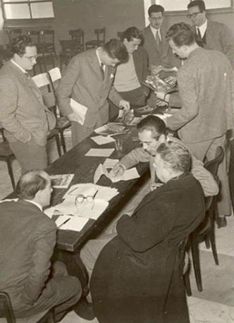 Primo convegno Amici e collaboratori del Mulino, 1954. Al di là del tavolo: Paolo Rossi, Antonio Santucci, Luigi Amirante, Pietro Rossi, Gilmo Arnaldi. Di spalle, secondo a destra, Eugenio Montale, inviato del «Corriere della Sera»