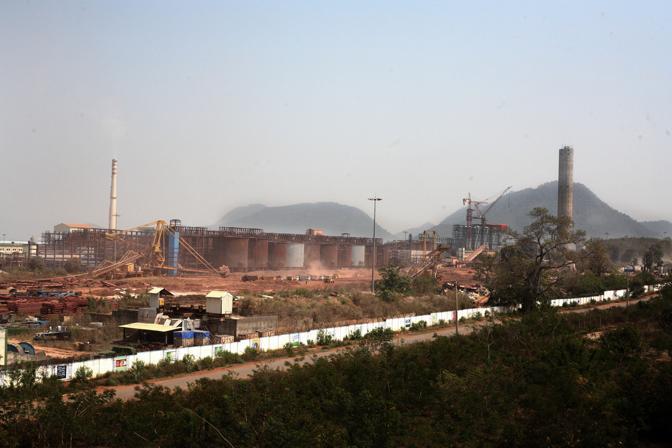 La raffineria di bauxite della Vedanta (