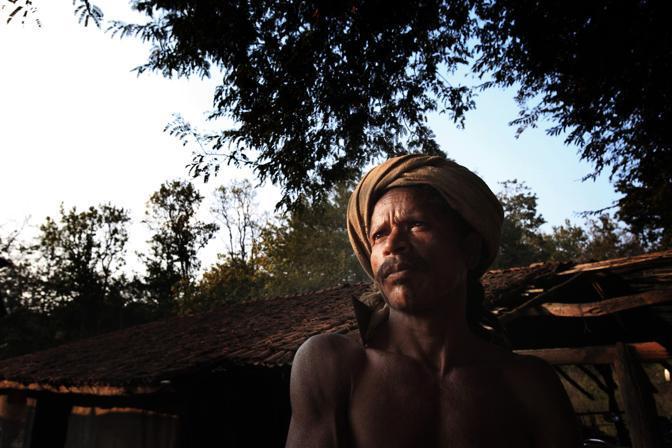 Un membro della tribù dei Dongria ai piedi della montagna sacra di Niyamgiri, montagna che la Vedanta vorrebbe trasformare in miniera (