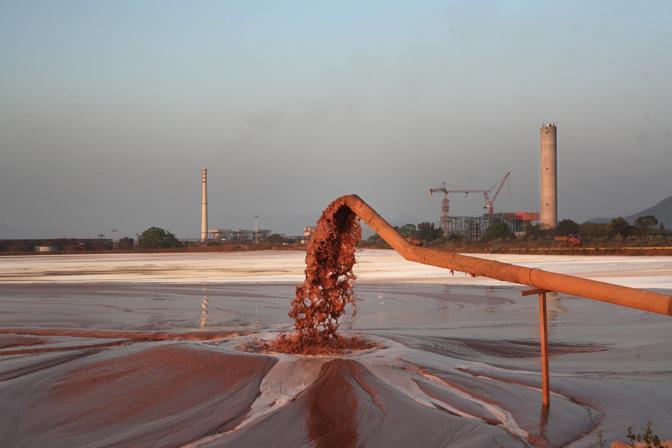 La grande vasca dove la raffineria della Vedanta scarica le acque inquinate  (