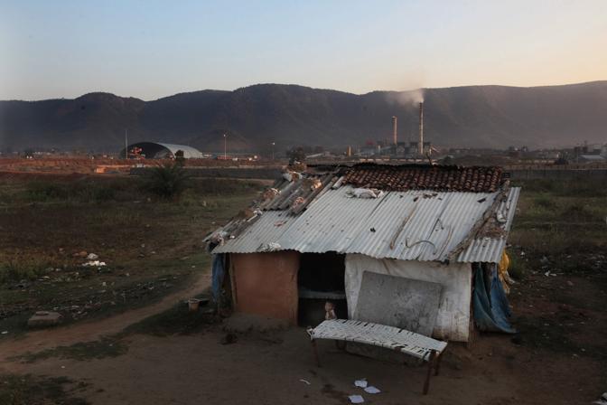 Il villaggio di Chatrapur, la raffineria della Vedanta è stata costruita accanto al villaggio (