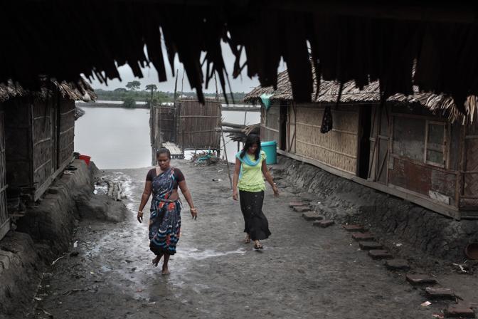 Prostitute nel bordello sull?isola di Baniashanta (Foto Luigi Baldelli/Ag. Parallelozero)