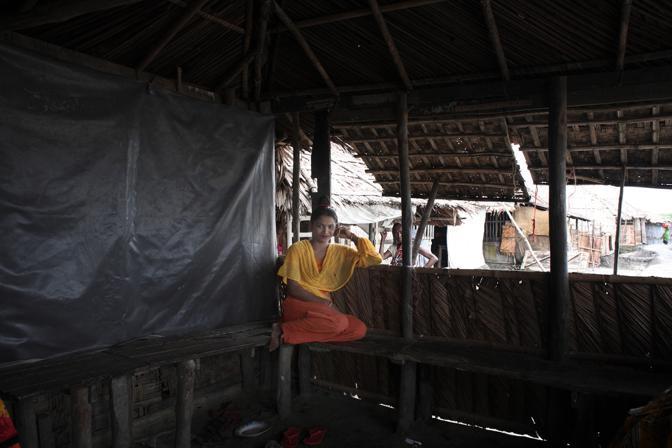 Una giovane prostituta in attesa dei clienti nel bordello nell?isola di Baniashanta (Foto Luigi Baldelli/Ag. Parallelozero)