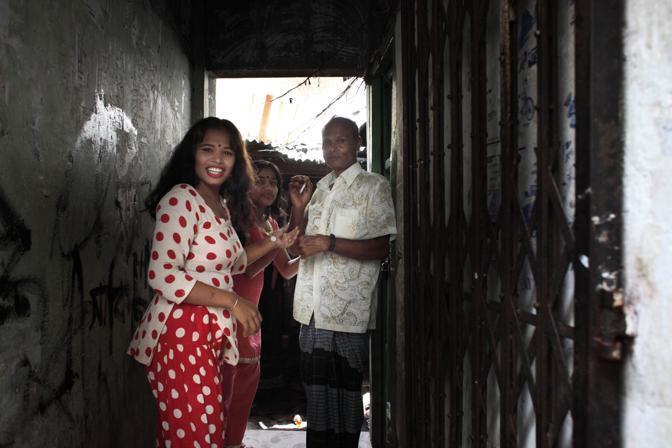 Prostitute con un cliente nel bprdello al centro della città di Faridpur (Foto Luigi Baldelli/Ag. Parallelozero)