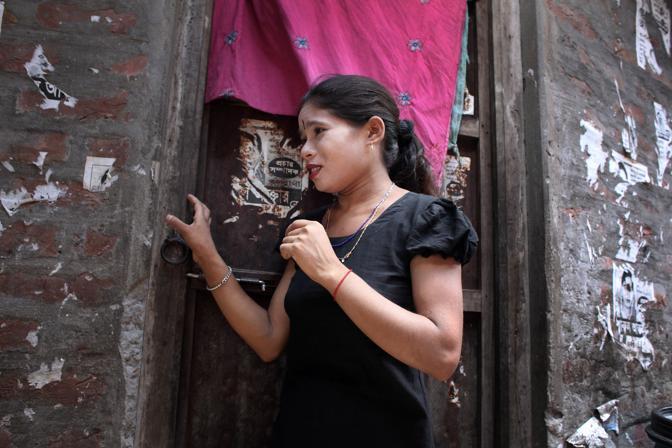 Una prostituta nel bordello al centro della città di Faridpur (Foto Luigi Baldelli/Ag. Parallelozero)