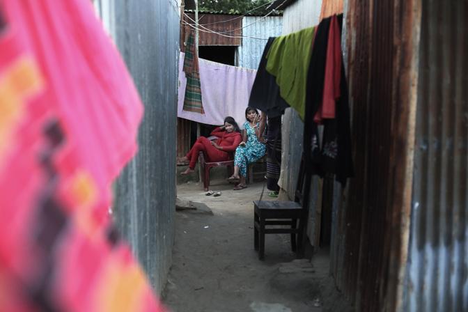 Prostitute nel bordello lungo il fiume nella città di Faridpur (Foto Luigi Baldelli/Ag. Parallelozero)