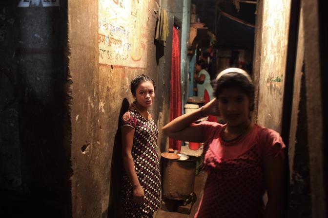 Prostitute in attesa di clienti nelle stradine del bordello al centro della città di Faridpur (Foto Luigi Baldelli/Ag. Parallelozero)