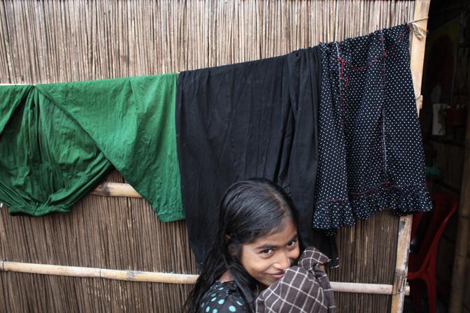 Una giovane prostituta nel bordello lungo il fiume della città di Faridpur (Foto Luigi Baldelli/Ag. Parallelozero)