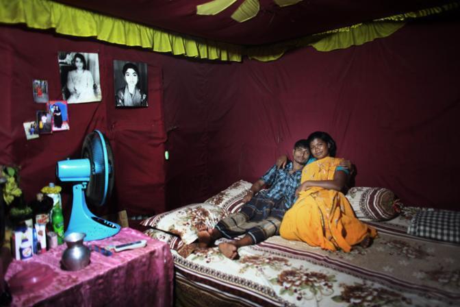 Una prostituta nel bordello lungo il fiume nella città di Faridpur, all?interno della sua baracca insieme al suo cliente (Foto Luigi Baldelli/Ag. Parallelozero)