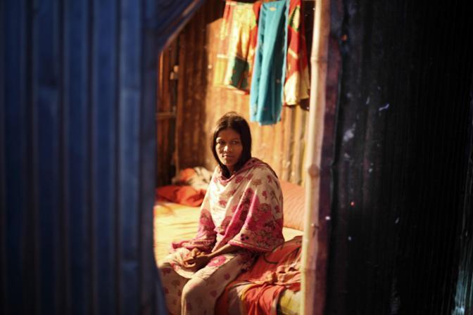 Una prostituta all?interno della sua baracca nel bordello lungo il fiume nella città di Faridpur (Foto Luigi Baldelli/Ag. Parallelozero)