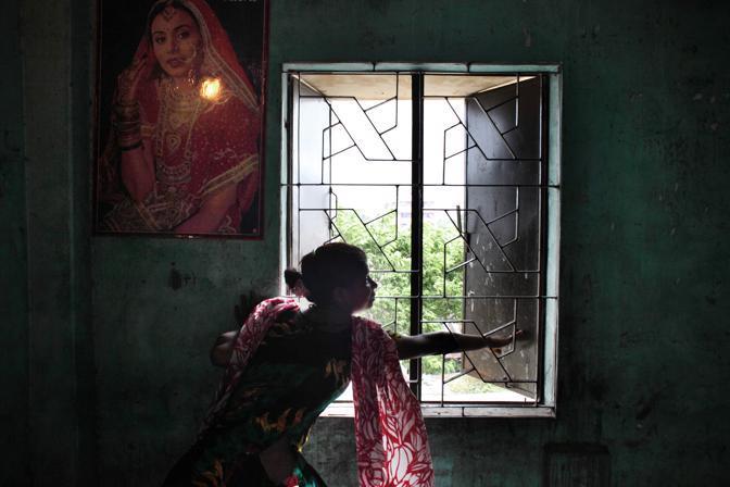 Una prostituta all?interno della sua stanza nel bordello al centro della città di Faridpur (Foto Luigi Baldelli/Ag. Parallelozero)