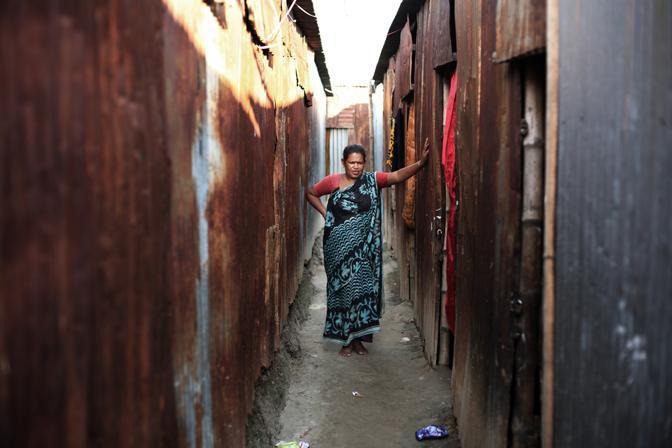 Una prostituta del bordello lungo il fiume della città di Faridpur (Foto Luigi Baldelli/Ag. Parallelozero)