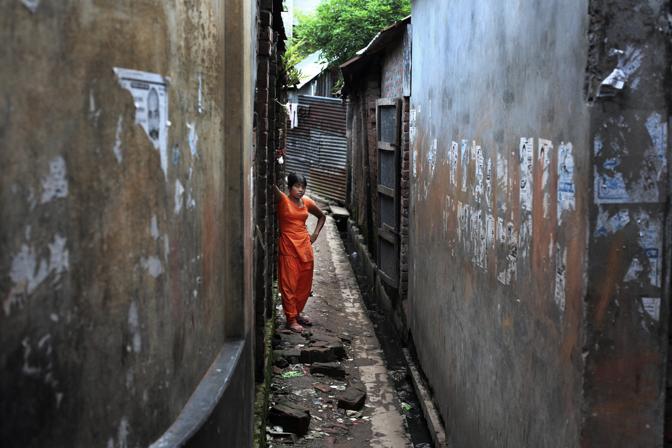 Una prostituta del bordello al centro della città di Faridpur (Foto Luigi Baldelli/Ag. Parallelozero)
