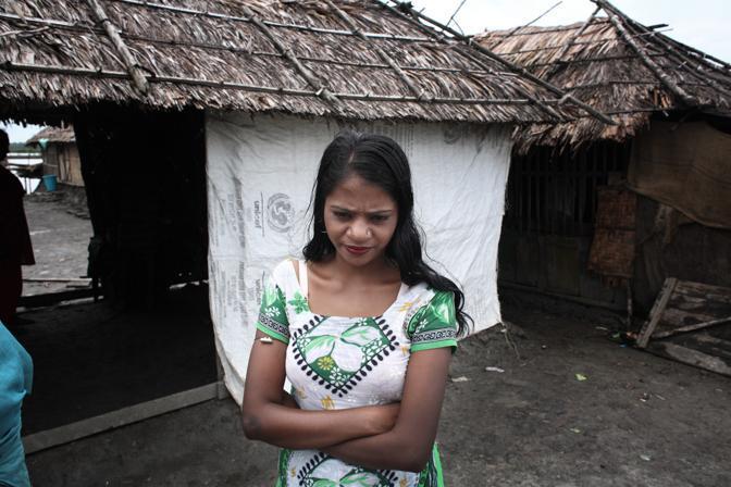 Una prostituta del bordello sull?isola di Baniashanta (Foto Luigi Baldelli/Ag. Parallelozero)