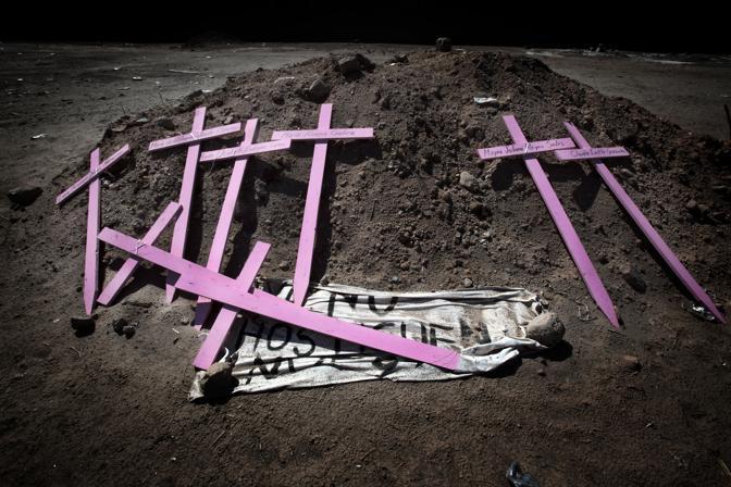 Croci in ricordo delle donne vittime del femminicidio a Ciudad Juarez (Luigi Baldelli/Parallelozero)