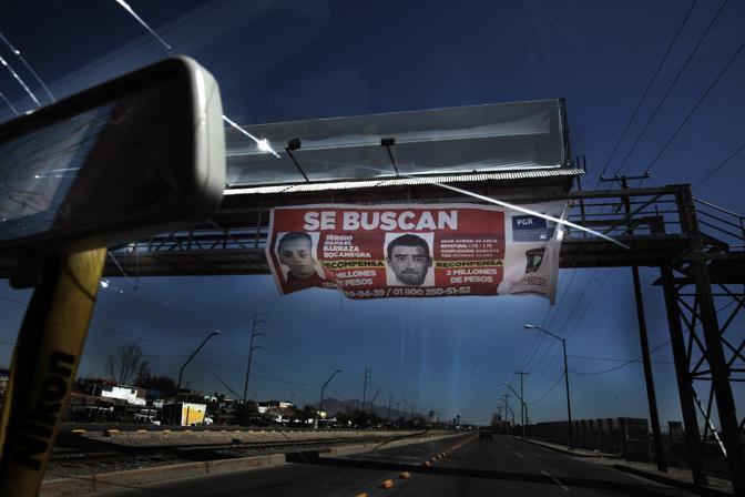 Manifesto con le foto di due ricercati accusati di delitti di donne (Luigi Baldelli/Parallelozero)