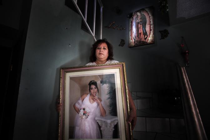 Olga Alanis con in mano una foto della figlia Monica, sparita due anni fa all'età di 18 anni, vittima del fenomeno del femminicidio (Luigi Baldelli/Parallelozero)