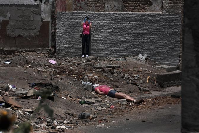 Il cadavere di una donna ritrovato in una strada di periferia di Ciudad Juarez (Luigi Baldelli/Parallelozero)