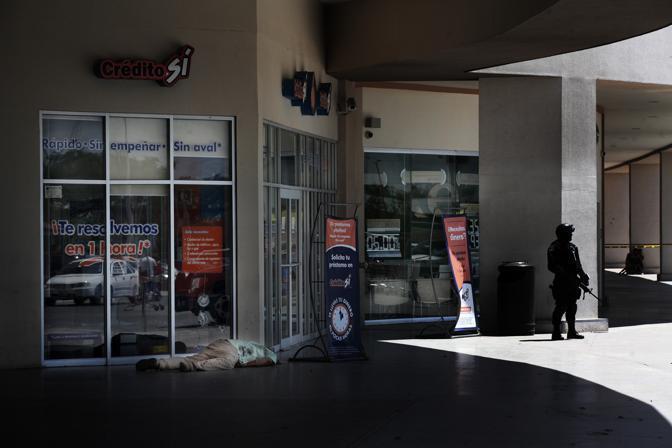 Il corpo di un uomo, vittima della guerra dei narcos. L'uomo è stato ucciso all'uscita di un supermercato da un gruppo rivale di narcos (Luigi Baldelli/Parallelozero)