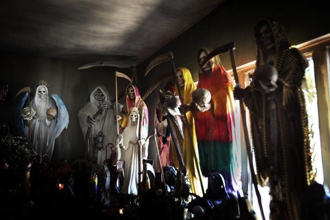 Statue della Santa Morte, venerata dai narcos (Luigi Baldelli/Parallelozero)