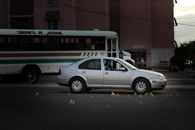 Un'auto crivellata di colpi dopo un agguato di alcuni sicari di un gruppo di narcos (Luigi Baldelli/Parallelozero)