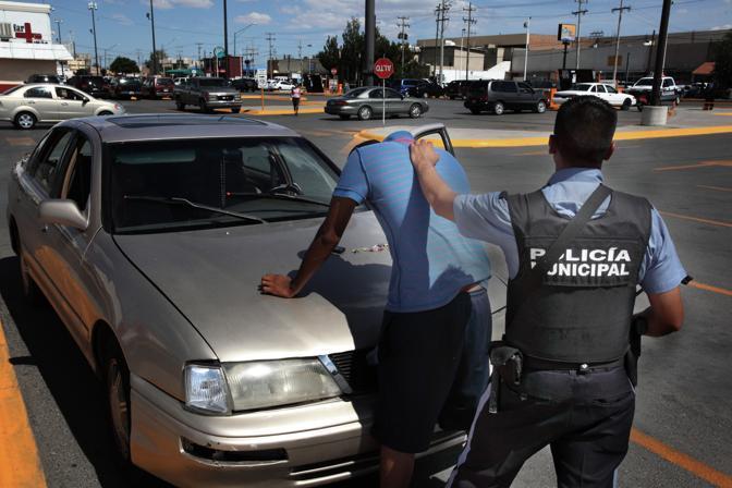 Operazione di controllo da parte della polizia nel centro di Ciudad Juarez (Luigi Baldelli/Parallelozero)