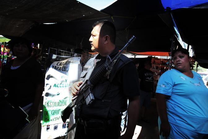 Un poliziotto federale pattuglia un mercato rionale (Luigi Baldelli/Parallelozero)