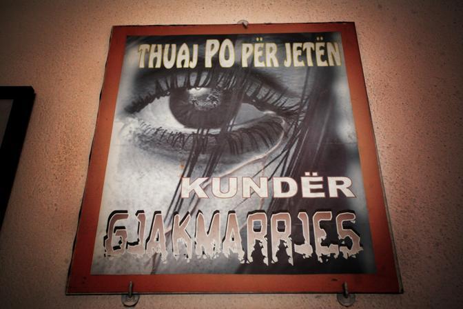 Un cartello contro le vendette di sangue, all?interno di una scuola di Scutari