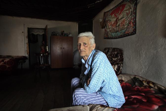 Sokol Delja, anziano mediatore tra le famiglie in vendetta. Il suo ruolo è quello di riuscire a far accettare il perdono alle famiglie in lotta tra di loro e rinunciare per sempre alla vendetta