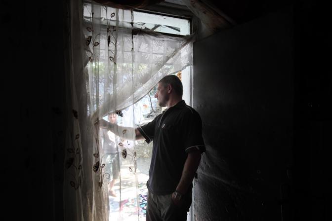Un uomo che si è riconciliato con la famiglia a cui aveva giurato vendetta, all?interno della sua casa