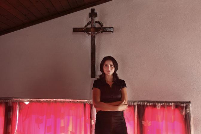 Elona Prroj, fotografata all?interno della chiesa evangelica di Scutari, di cui il marito era Pastore. Il marito è stato ucciso per una vendetta di sangue e lei ha subito perdonato gli assassini