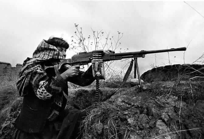 Valle del Panshir 1999, un combattente mujiaidin durante uno scontro a fuoco con i talebani