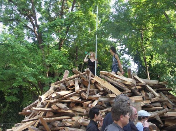 La catasta di legno al padiglione Gelitin della Biennale, all'Arsenale