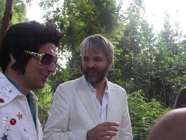Ali Janka (con la barba e il vestito bianco), uno dei componenti del collettivo austriaco dei Gelitin
