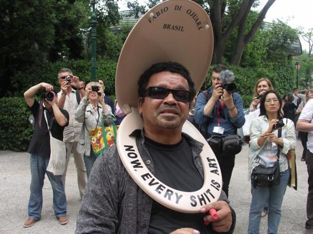 L'artista brasiliano Fabio Di Ojuara che va in giro contestando per i Giardini alla Biennale