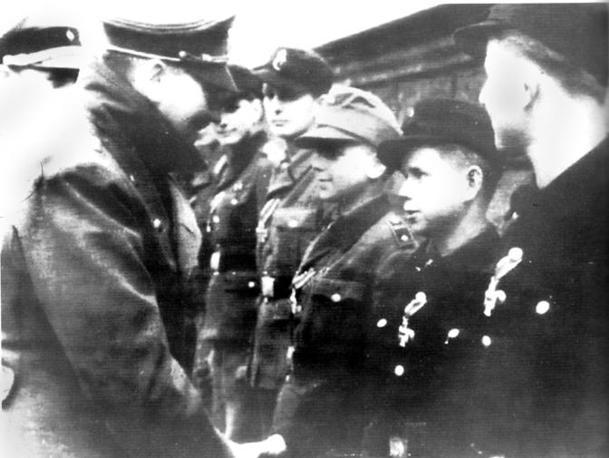 Il saluto ai soldati bambini e la morte nel bunker
