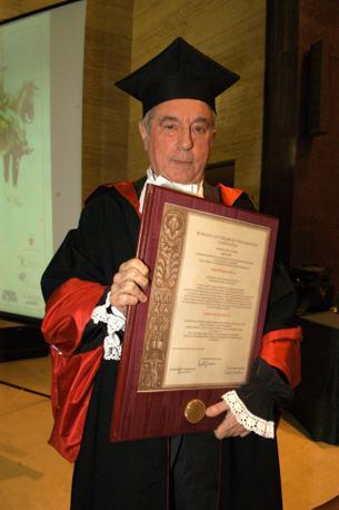 """Sergio Bonelli riceve nel 2004 la laurea honoris causa dell'università """"La Sapienza"""""""