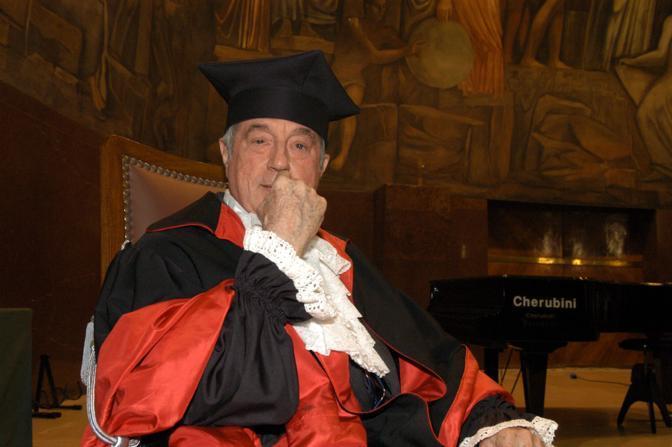 """Sergio Bonelli nel 2004, alla cerimonia di consegna della laurea honoris causa dell'università """"La Sapienza"""" (Fotogramma)"""
