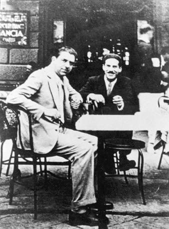 Eugenio Montale al caffè «Le giubbe rosse» di Firenze con Elio Vittorini