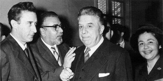 Da sinistra: Mario Luzi, Neri Pozza, Eugenio Montale e Ginevra Vivante a Valdagno nel 1957 in occasione del Premio Marzotto (foto tratta dal volume «Neri Pozza, la vita, le immagini», edito da Neri Pozza)