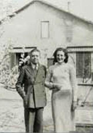 La poetessa Maria Luisa Spaziani da giovane a braccetto con Eugenio Montale (foto Ansa)