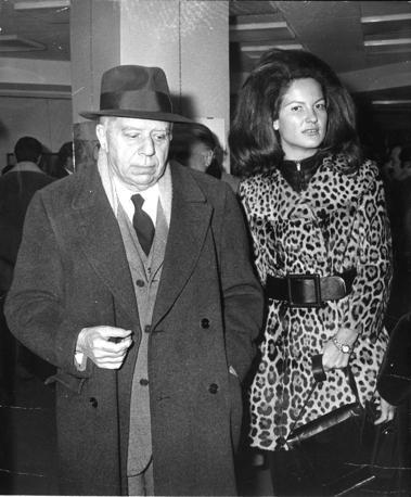 Montale con Annalisa Cima alla libreria Cavour di Milano per la presentazione delle poesie della scrittrice e pittrice. E' il 20 dicembre 1969 (foto Ansa)