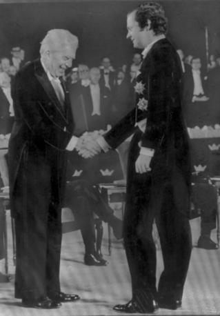 Dicembre 1975. Eugenio Montale stringe la mano al re Carlo Gustavo di Svezia alla consegna del premio Nobel (foto AP)