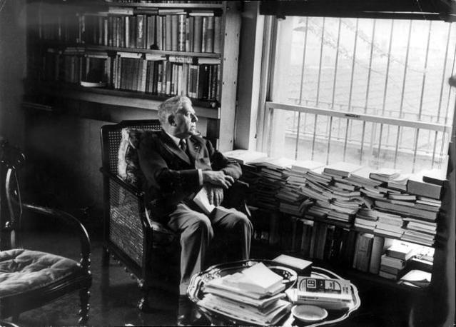 Eugenio Montale nella sua casa di via Bigli a Milano (foto Rcs Quotidiani)