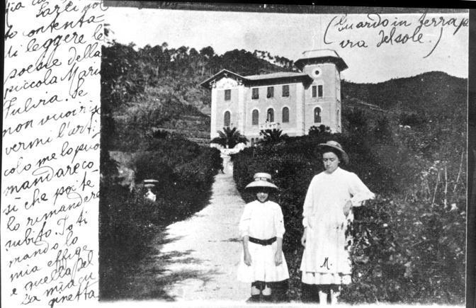 Liguria, Cinque Terre: la villa della famiglia Montale a Monterosso. Marianna, sorella di Eugenio (a destra nella foto) con una cugina