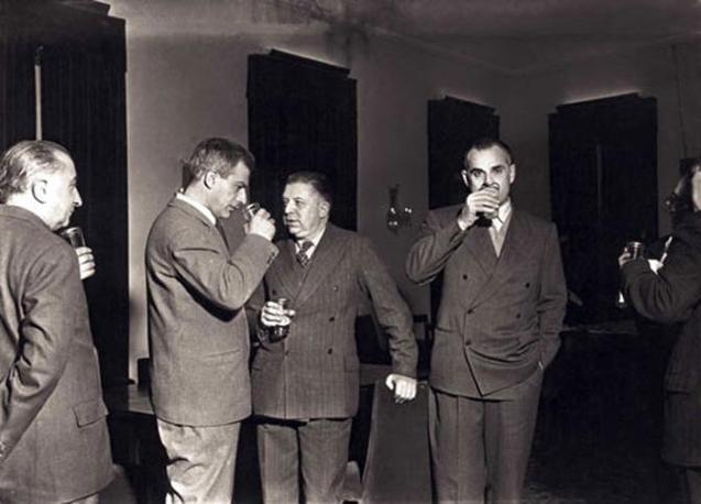 1950: da sinistra, Elio Vittorini, fondatore della rivista Il Politecnico, Eugenio Montale (premio Nobel nel 1975) e Alberto Moravia