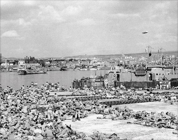 Settembre 1943, i soldati britannici riempiono le banchine del porto di