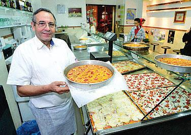   il pizzaiolo pi amato del paese, il suo locale si chiama Il mago della pizza