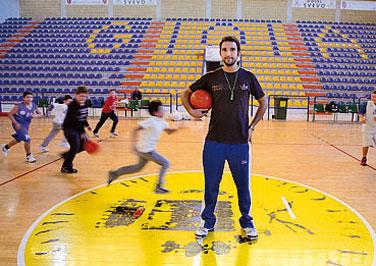  ha 23 anni,  allenatore di minibasket e anche il coordinatore del comitato per la pace